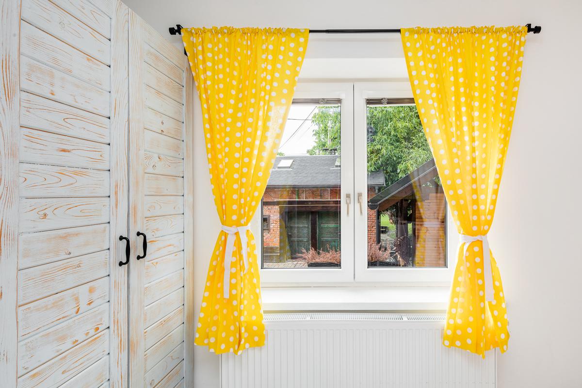 Žluté barevné doplňky v dětském pokoji